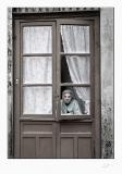 anciana en puerta